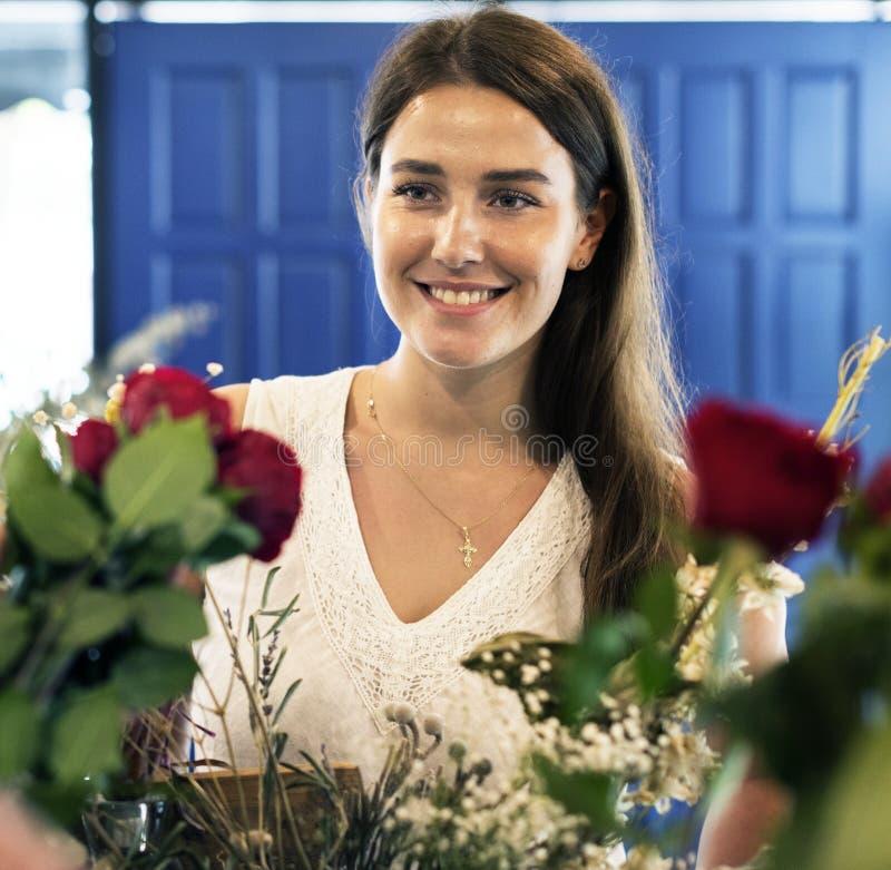 Vrouw in de bloemwinkel royalty-vrije stock afbeeldingen
