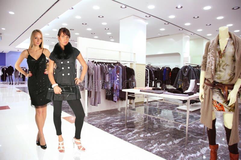 Vrouw in de boutique van Kleren stock afbeeldingen