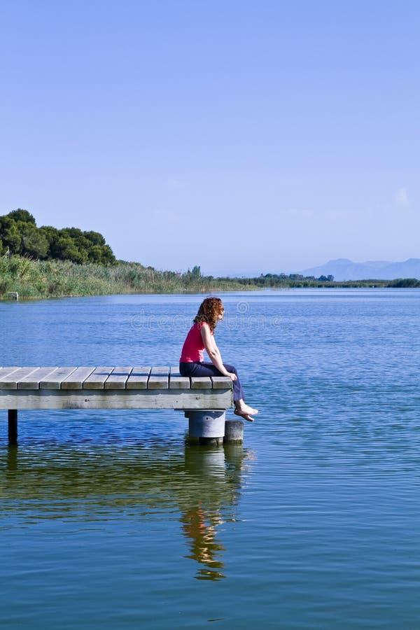 Vrouw in de brug stock foto's