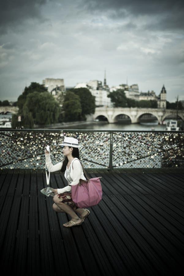 Vrouw in de brug van kunsten in Parijs royalty-vrije stock foto
