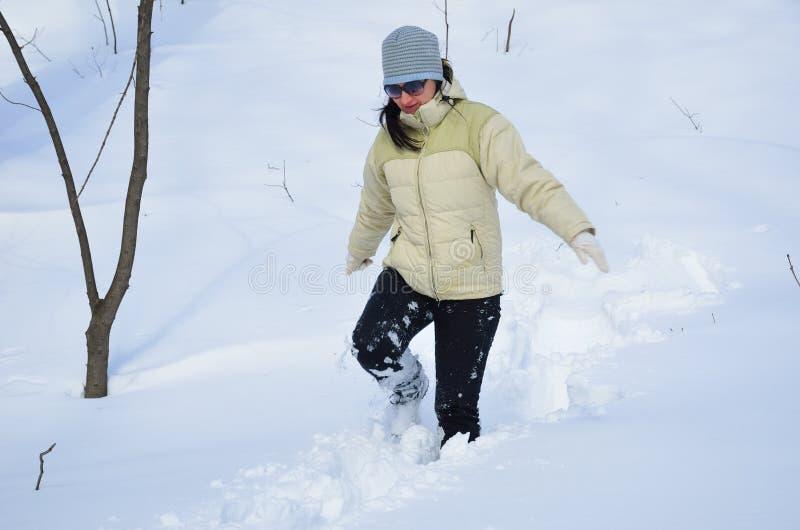 Vrouw in de diepe sneeuw royalty-vrije stock afbeelding