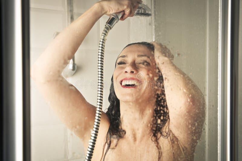 Vrouw in de douche stock foto's