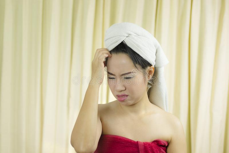 Vrouw de grappige acterenglimlach, droevig, draagt een rok om haar die borst na washaar te behandelen, in Handdoeken na Douche wo royalty-vrije stock foto's