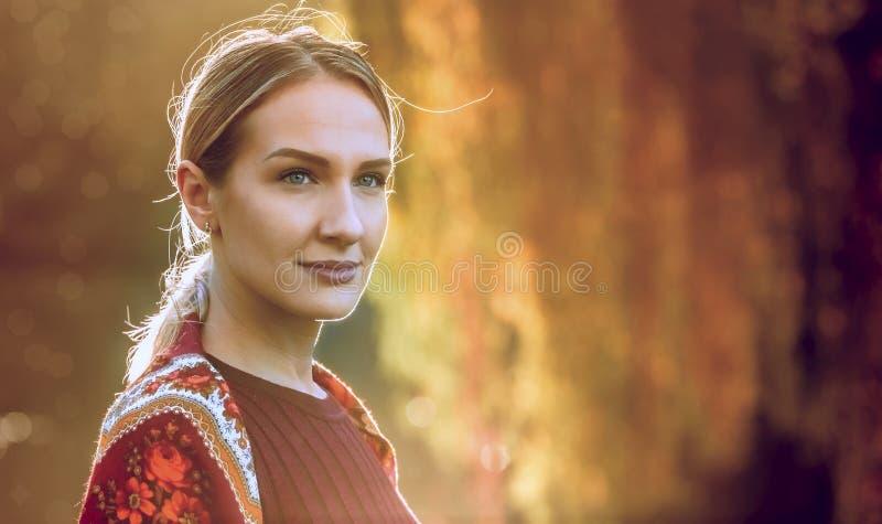 Vrouw in de Herfst - Schoonheidsmannequin Girl royalty-vrije stock foto