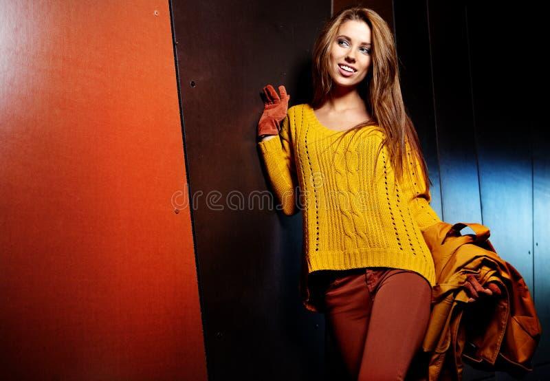 vrouw in de herfstkleuren stock foto's