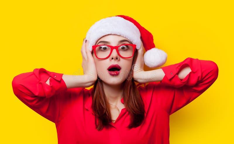 Vrouw in de hoed van de Kerstman stock foto