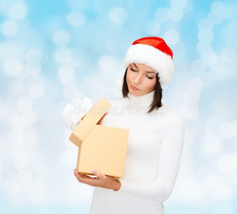 Vrouw in de hoed van de santahelper met giftdoos royalty-vrije stock fotografie