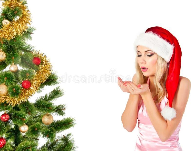 Vrouw in de hoedenslagen van de Kerstman op open handen stock foto