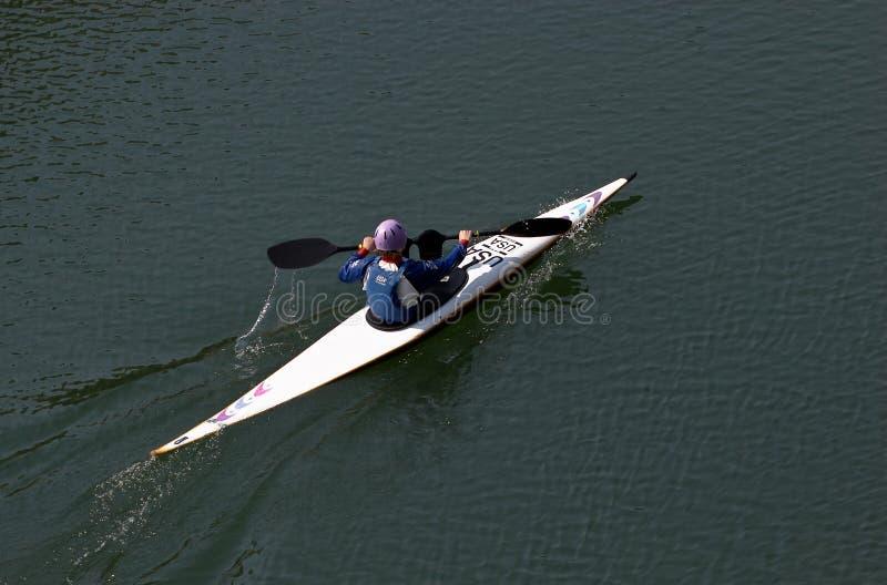 Vrouw in de kano royalty-vrije stock fotografie