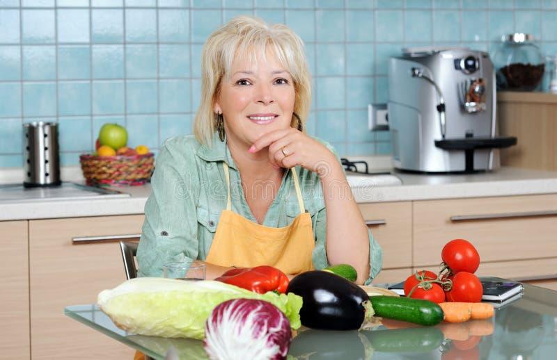 Vrouw in de keuken royalty-vrije stock afbeeldingen