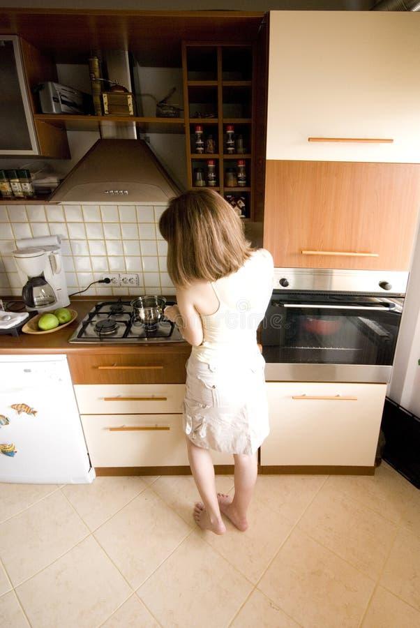 Vrouw in de keuken royalty-vrije stock foto