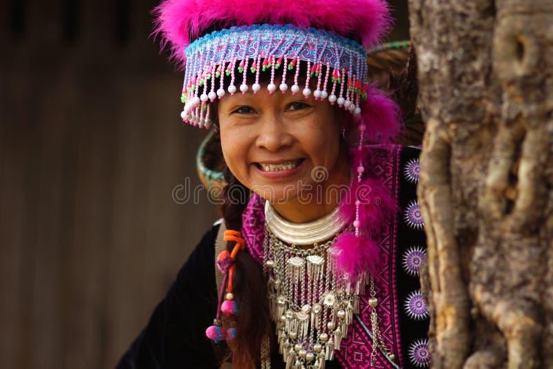 Vrouw in de kleding van de heuvelstam royalty-vrije stock afbeeldingen