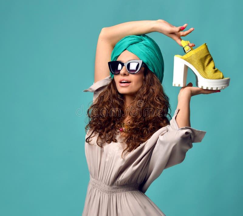 Vrouw in de moderne zonnebril van kattenogen met witte gele schoen stock afbeeldingen