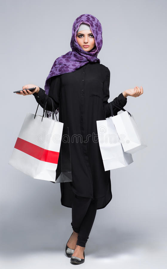 Vrouw in de Moslimsjaal hijab stock foto