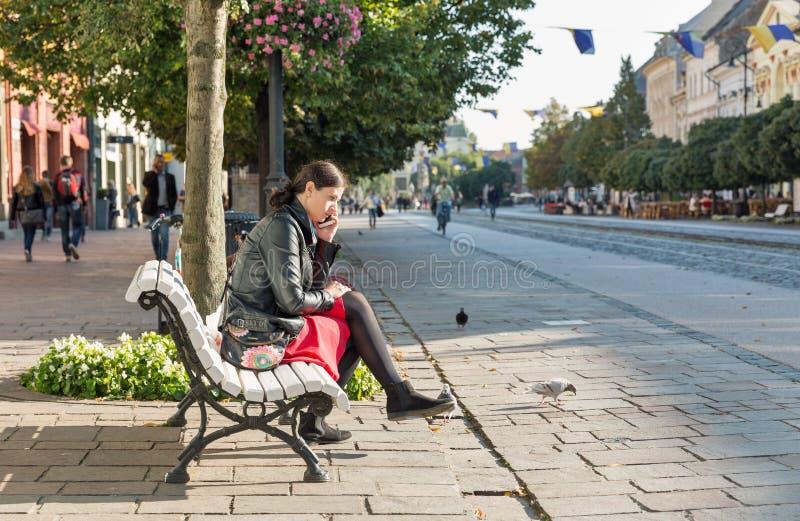Vrouw in de oude stad van Kosice, Slowakije stock foto