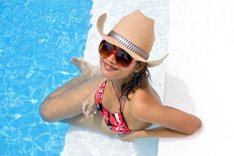 Vrouw in de pool royalty-vrije stock fotografie