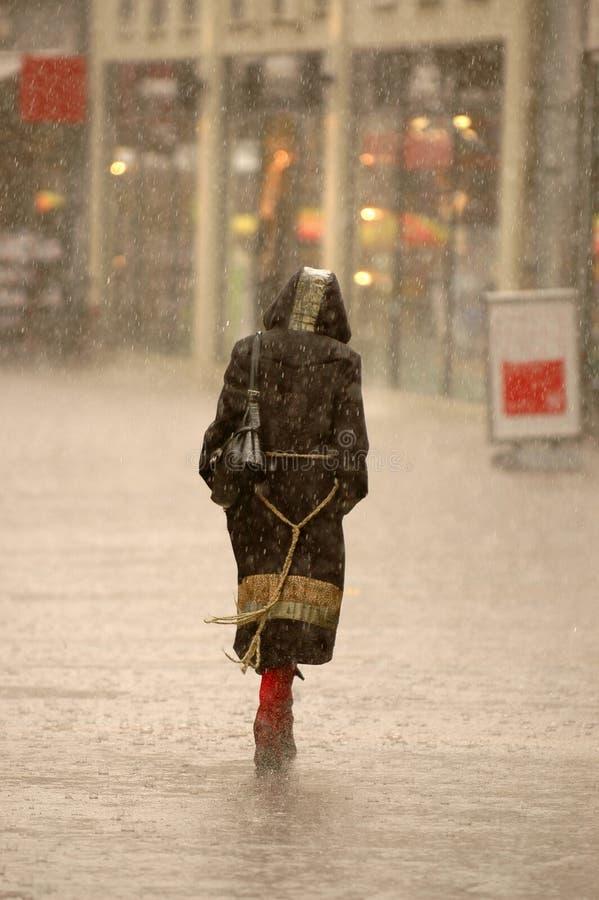 Vrouw in de regen stock foto's