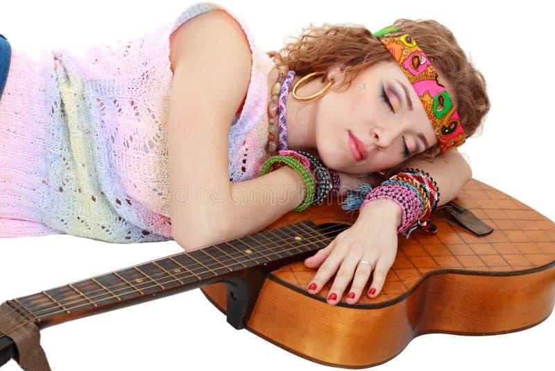 Vrouw in de slaap van de hippieuitrusting stock foto's