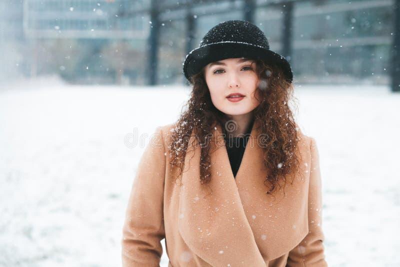 Vrouw in de sneeuw stock foto