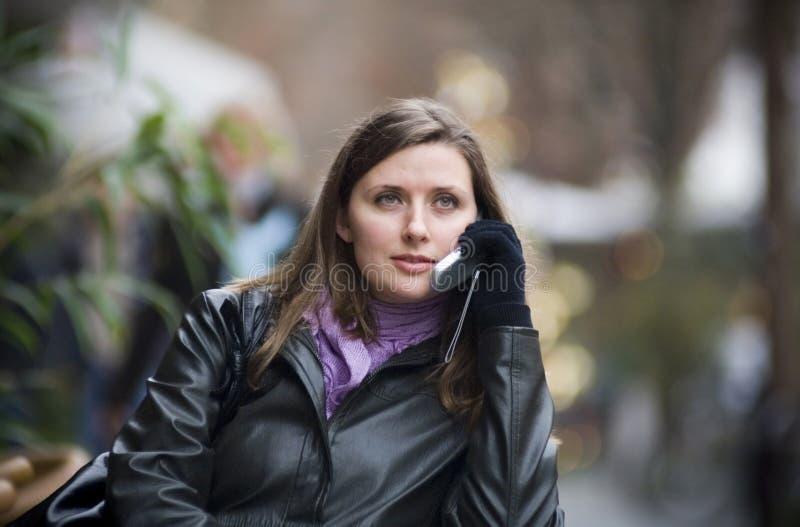 Vrouw in de stad royalty-vrije stock afbeeldingen