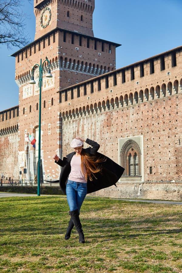 Vrouw de status voor Castelo Sforzesco doet kleine overwinningsdans royalty-vrije stock foto's