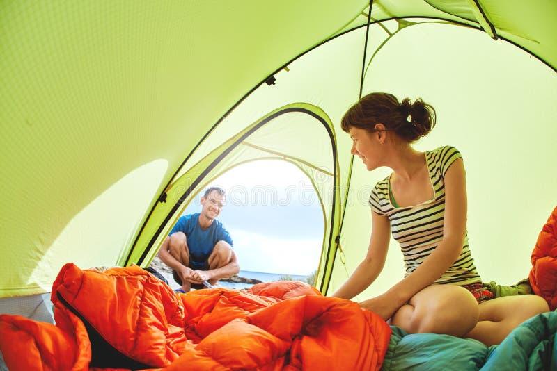 Vrouw in de tent die buiten eruit zien royalty-vrije stock afbeelding