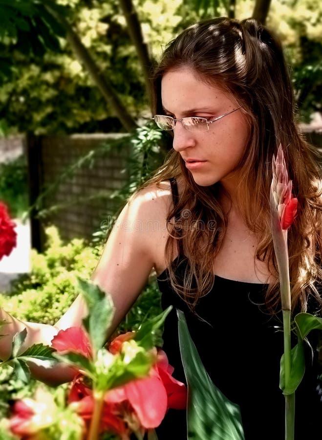 Vrouw in de tuin royalty-vrije stock foto's