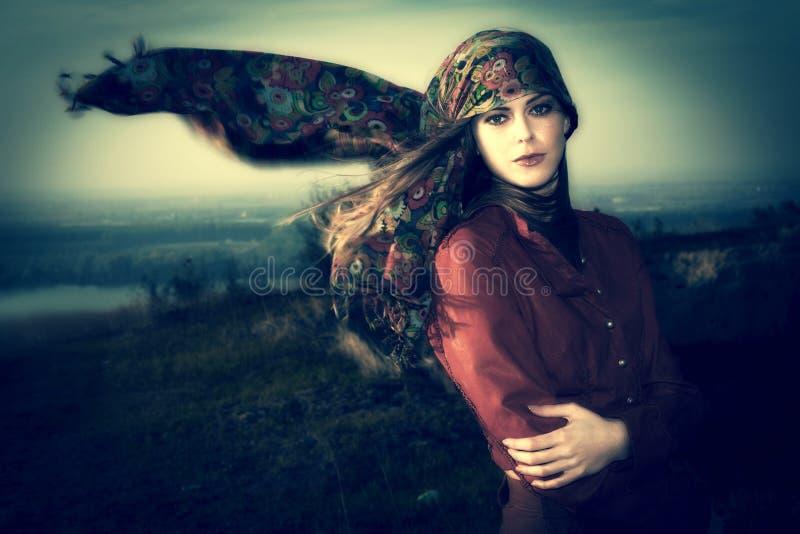Vrouw in de wind stock afbeelding