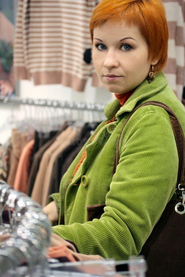 Vrouw in Klerenwinkel royalty-vrije stock afbeeldingen