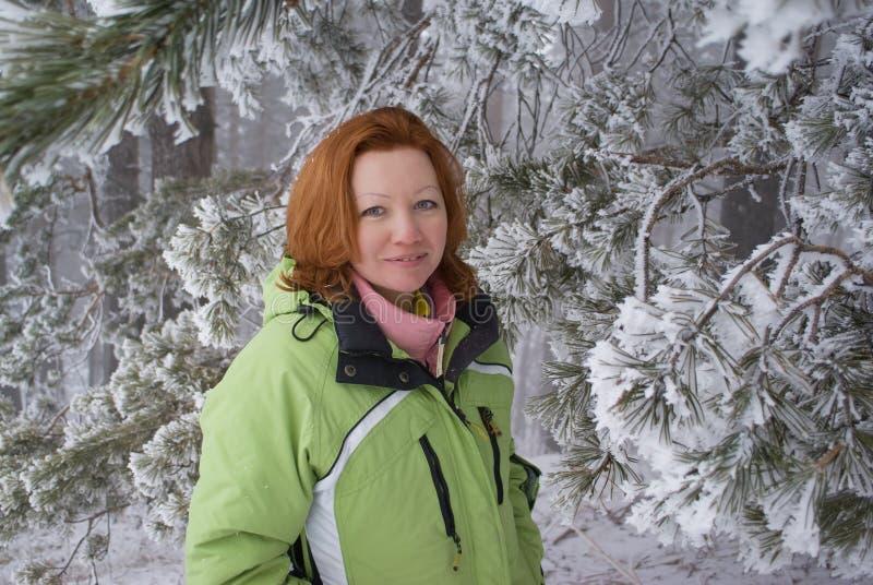 Vrouw in de winterbos royalty-vrije stock foto