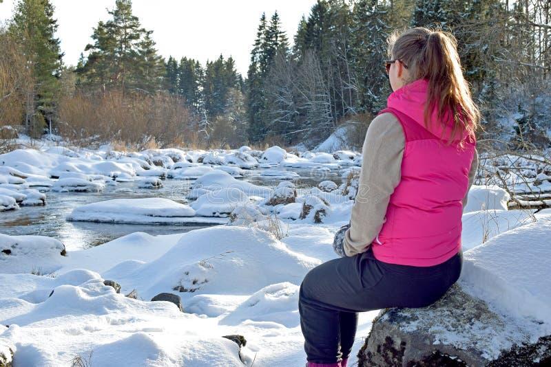 Vrouw in de winterbos royalty-vrije stock fotografie