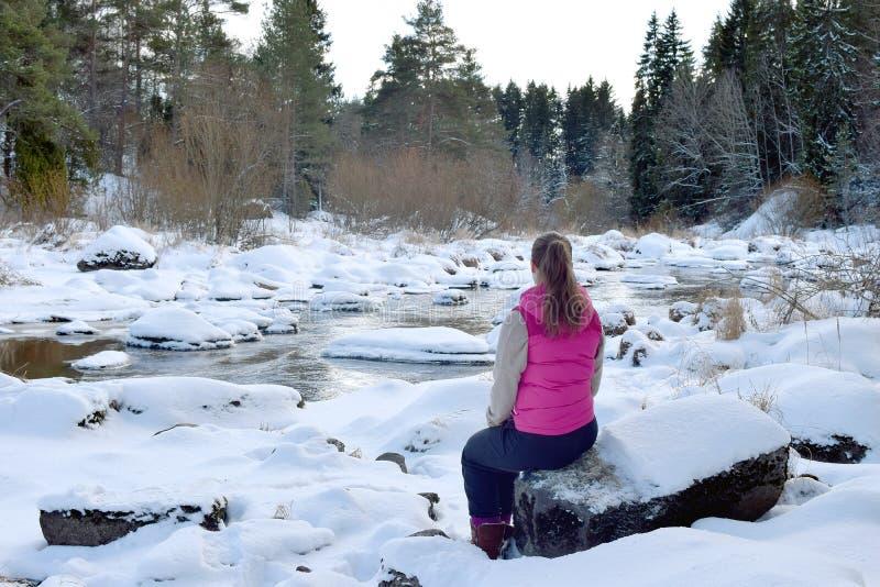 Vrouw in de winterbos stock foto's