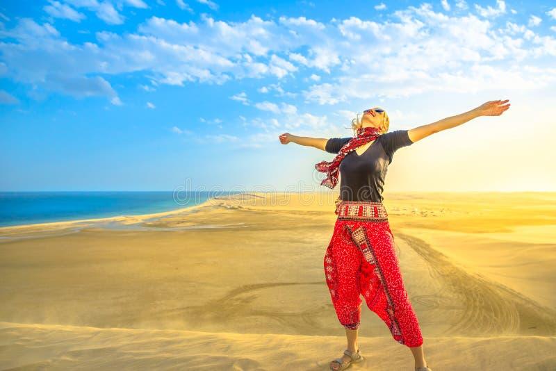Vrouw in de woestijn van Qatar stock foto