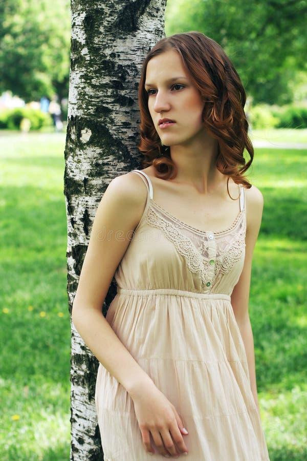 vrouw in de zomerpark stock foto