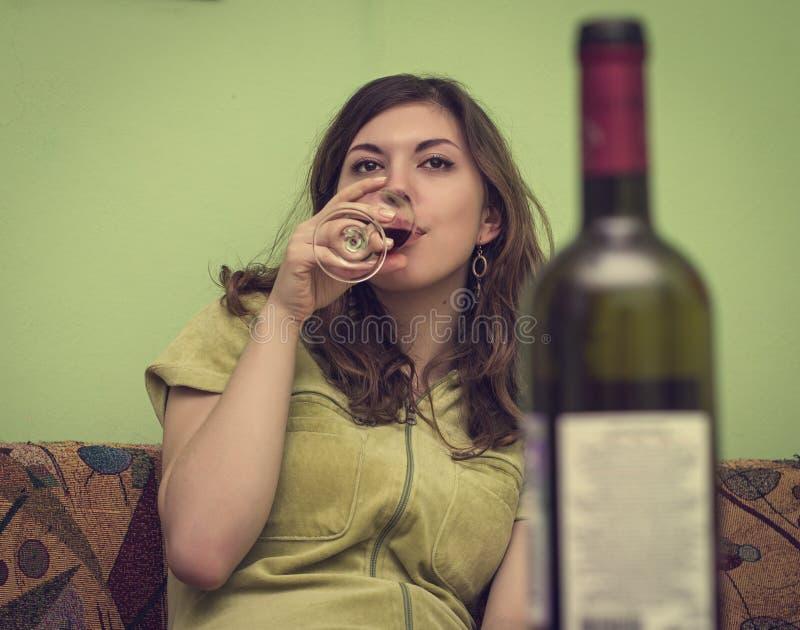 Vrouw in depressie, het drinken alcohol stock foto