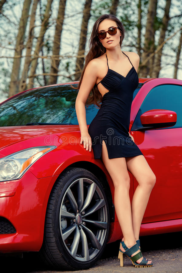 Vrouw dichtbij auto royalty-vrije stock afbeeldingen