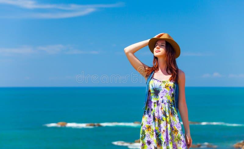 Vrouw dichtbij de oceaan royalty-vrije stock fotografie