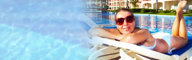 Vrouw dichtbij de pool stock afbeelding