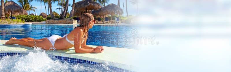 Vrouw dichtbij de pool stock fotografie