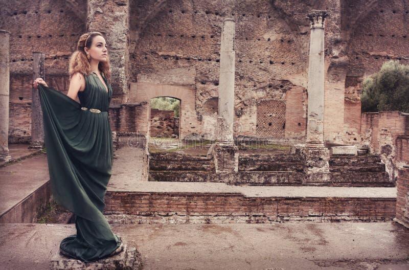 Vrouw dichtbij oude ruïnes royalty-vrije stock foto's