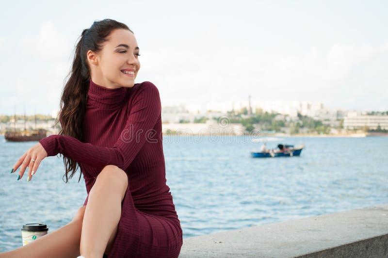 Vrouw dichtbij overzees royalty-vrije stock afbeelding