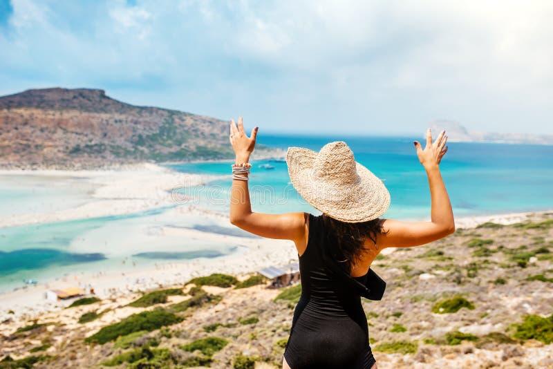 vrouw die ééndelig zwempak op eiland, portret dragen van aantrekkelijke vrouw op tropische vakantie stock foto