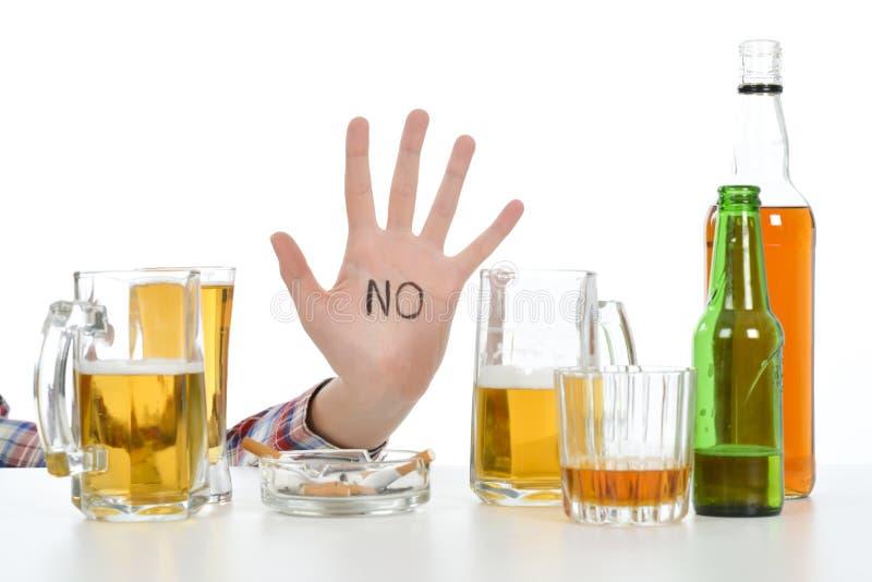 Vrouw die aan alcoholisme lijden royalty-vrije stock afbeelding