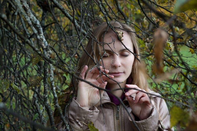 Vrouw die aan Autumn Forest luisteren stock afbeelding