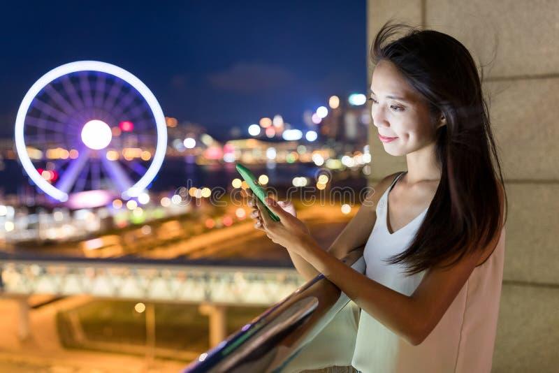 Vrouw die aan cellphone in Hong Kong werken royalty-vrije stock fotografie