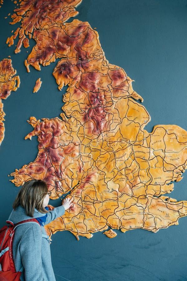 Vrouw die aan de kaart van de stad van het Verenigd Koninkrijk van Bristol richten royalty-vrije stock afbeeldingen