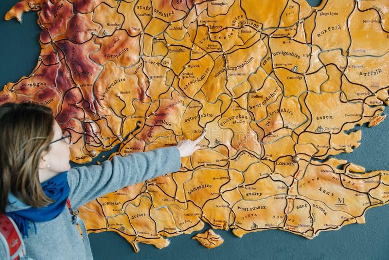Vrouw die aan de kaart van de stad van het Verenigd Koninkrijk van Oxford richten royalty-vrije stock foto