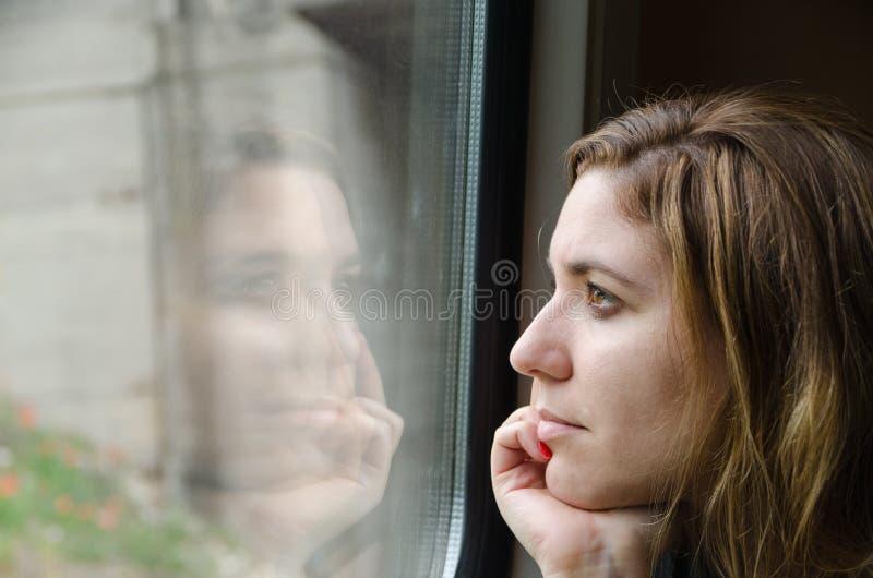 Vrouw die aan de nadenkende trein werken, royalty-vrije stock afbeeldingen