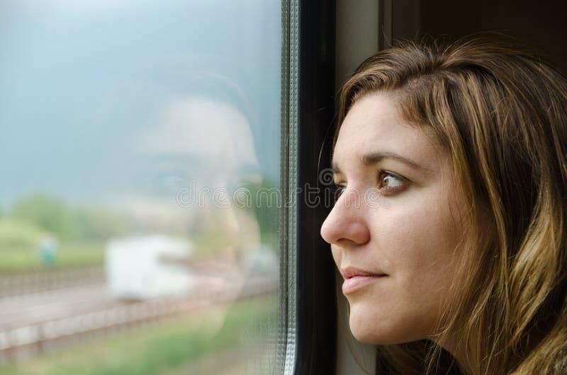 Vrouw die aan de trein werken stock fotografie