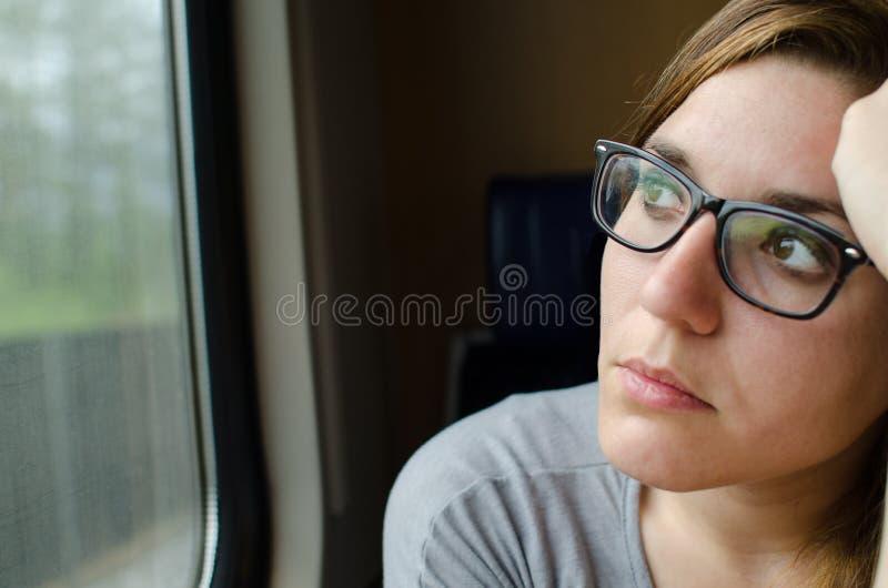 Vrouw die aan de trein werken stock afbeelding